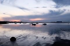 Stralsund / Devin - Strelasund (tom-schulz) Tags: x100f rawtherapee stralsund thomasschulz strelasund sund wasser wellen boote abendrot abend reflexion reflection himmel horizont wolken stein ufer silhouette