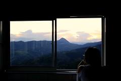 Modelo en Atardecer (alexbetancurescobar) Tags: modelo retrato montañas mountains atardecer sunset windows 6d canon6d canonistas ventana