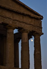 agrigentum, girgento, agrakas (Angelo Petrozza) Tags: agrigentum girgentum agrakas sicilia sicily moon luna hd70mmlimited angelopetrozza tempio pemple concordia valle antico old ancient vecchio sud italia southern italy cielo tramonto sunset sky colonne column