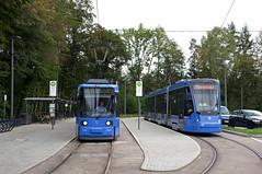 Auch ein älterer Avenio hat sich heute zumindest bis zur Großhesseloher Brücke gewagt: Als Fahrschulwagen steht T-Wagen 2806 neben R2-Wagen 2124 (Frederik Buchleitner) Tags: 2124 2806 avenio fahrschule groshesseloherbrücke linie15 munich münchen r2wagen redesign siemens strasenbahn streetcar twagen t1 t16 tram trambahn