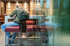 Snack (05.09.2018) (Siebbi) Tags: pane window scheibe fenster snackbar imbiss strasenfotografie streetphotography strassenfotografie reflektion reflection eating essen stranger fremde