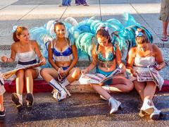 2010-01-28 Desfile Inaugural de Carnaval en Montevideo (18) - Diese jungen Taenzerinnen informieren sich vor dem Start des Umzugs noch schnell im Programmheft ueber die Konkurrenz - Desfile Inaugural de Carnaval (Umzug zur Eroeffnung des Karnevals) in Mon (mike.bulter) Tags: carnaval carnival centro child desfileinauguraldelcarneval2010 frau karneval karnevalsumzug kind menschen montevideo parade people southamerica suedamerika umzug uruguay ury woman