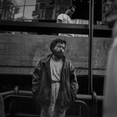 Portrait (Julio López Saguar) Tags: juliolópezsaguar madrid españa spain ciudad city urban urbano blancoynegro blackandwhite película film madridvidamía madridmylife calle street azca hombre man retrato portrait vagabundo homeless