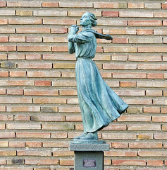 Kvinna vid havet / Woman by the sea (Gösta Knochenhauer) Tags: 2014 august nikon coolpix p520 sculpture skulptur plastik female femme woman marabouparken museum sundbyberg stockholm sverige sweden schweden suède svezia suecia bronze art dscn5933nik dscn5933 nik