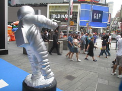 MTV Astronaut Award Guy Times Square NYC 7906 (Brechtbug) Tags: mtv awards silver styrofoam astronaut michelin man character guy hanging out times square nyc 2018 new york city 08192018 cable tv music television brand advertisement tire tires transportation balloon moon logo automotive flag advertising mascot cosmonaut spaceman space men helmet scifi science fiction moonman