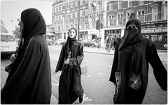 Veils (Steve Lundqvist) Tags: portrait persone ritratto street road crossroad streetphotography strada sidewalk english london londra inghilterra england uk britain british fashion moda mood location people lifestyle shooting posh pose leica q harrods candid shop rich ricchezza arabian veil veils