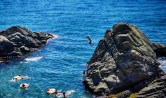 saltando desde las rocas (candi...) Tags: rocas palamós mar agua airelibre personas salto flotador sonya77 verano baño