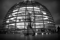 Always on his mind (parenthesedemparenthese@yahoo.com) Tags: dem 2018 allemagne bn backlighting berlin city coupole deutschland germany longexposure monochrome nb noiretblanc normanfoster people reichstag silhouettes août august blackandwhite bnw byn canon600d contrejour ef24mmf28 extérieur fantôme ghosts grandcontraste highcontrast longueexposition night nuit outdoor spiral spirale
