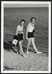 Archiv P967 Strandläufer, 1960er (Hans-Michael Tappen) Tags: archivhansmichaeltappen fotorahmen outdoor fernglas strand armreif badeanzug badeanzüge frauen frisuren schuhwerk sonnenbrille 1960s 1960er