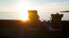 Blue Halo: Sundowner (macplatti) Tags: xt2 xf18mmf2r sun sundown sonne sonnenuntergang abend evening lindau glasses drinking chilling chillen gemütlich stimmung feeling halo relax bayern germany deu