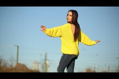 * (Henrik ohne d) Tags: eos5dmk3 ef85mmf18 april2018 portrait esi girl sweater cozy yellow