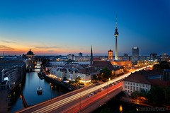 Berlin (Cédric Mayence Photography) Tags: berlin germany deutschland allemagne city ville bluehour heurebleue light trails nightshot rotesrathaus berlinwall thewall wall berlinerdom spree boat bateau river rivière fernsehturm manualblending hdr