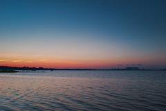 Stralsund, Strelasund - Abend (tom-schulz) Tags: x100f rawtherapee stralsund thomasschulz strelasund sund wasser wellen abend abendrot silhouette horizont himmel wolken buhne boote