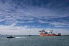 en busca del Ara San Juan (Mauro Esains) Tags: puerto c cielo chubut comodoro costa cerro ciudad viajes barco buque agua ara san juan
