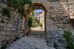 L'entrée du village (Cri.84) Tags: crestet village vaucluse provence