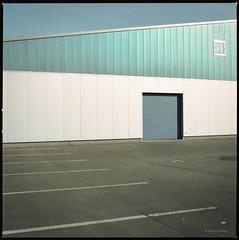 36 °C (Konrad Winkler) Tags: berlin spandau parkplatz gewerbe tor blau weis kodakportra160 hasselblad503cx mittelformat 6x6 epsonv800