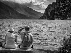 In sight (Riccardo Palazzani - Italy) Tags: couple man woman lake garda riva street lombardei ロンバルディ 伦巴第大区 lombardie ломбардия lombardia لومباردي 롬바르디아 italia italie italien italy 이탈리아 италия itália italië イタリア italya 意大利 إيطاليا riccardo palazzani veridiano3 olympus omd em1 lago loch see озеро 湖 lac göl بحيرة
