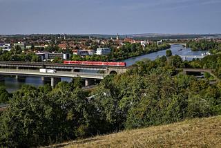 Roter Zug auf der Brücke