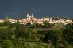 Menace d'orage sur La Chaise-Dieu (valfoto91) Tags: lumière orage nuagesnoirs abbaye soleil paysage