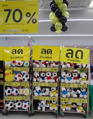 goodbye, snoopy! (the foreign photographer - ฝรั่งถ่) Tags: clearance sale tesco lotus supermarket laksi bangkhen bangkok thailand sony snoopy dolls toys