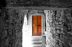 Porta (marco.roncoroni.co) Tags: porta door colore colors biancoenero blackandwhite black white linee lines dettaglio marrone brown legno wood muro wall monocromo