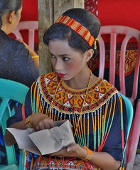 INDONESIEN, Sulawesi - Traditionelle Totenfeier der Toraja bei Makale, 17659/10671 (roba66) Tags: sulawesi urlaub reisen travel explore voyages rundreise visit tourism roba66 asien asia indonesien indonesia insel celebes island île insulaire isla toraja tanahtoraja volk brauchtum tradition bauwerke «torayavillage» ahnenkult mythen beerdigungsriten riten beerdigung bestattung funeral puya zeremonieplatz totenfeier opfer wasserbüffel schweine pigs buffalo feier menschen people leute frau woman portrait femme lady portraiture mädchen girl kid child kind kinder children kids girls