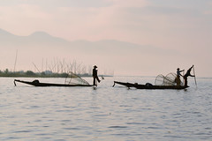 Misty morning on the Inle lake (_DSC7459ga) (Tartarin2009) Tags: brume silhouettes lac inle voyage travel pêcheurs fisherman mystère myanmar mystic misty brouillard boat paddle ramer nikon d600 contrejour aube dawn backlight