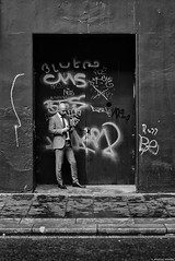 Le cadre dans le cadre (Mathieu HENON) Tags: leica leicam noctilux 50mm m240 laphotodulundi monochrome nb bnw noirblanc blackwhite ecosse scotland glasgow gb porche businessman texto tags costume cravate sms street streetphoto photoderue