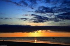 Atardecer sanluqueño (ricardocarmonafdez) Tags: sanlúcardebarrameda cádiz atardecer sunset seascape sunlight lights color contraste contrast backlighting mar sea playa beach shore orilla people cielo sky nubes clouds blue sol sun reflejos brillos shines nikon d850 24120f4gvr
