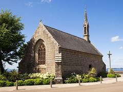 Concarneau, Chapelle de la Croix (unukorno) Tags: concarneau bretagne frankreich eglise church cross sky tree chapel street