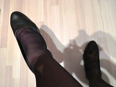 well worn Gabor office pumps (Isabelle.Sandrine2001) Tags: wellworngaborpumps stockings legs feet nylons leather shoes heels dangling shoeplay