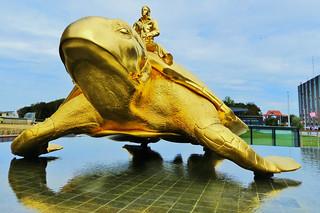 Nieuwpoort 2018 (13) Kunst aan zee: 2003 Beaufort. Baken door Jan Fabre: bronzen zeeschildpad bereden door de kunstenaar.