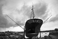 En el dique seco - In dry dock (ricardocarmonafdez) Tags: hondarribia guipuzcoa monocromo monochrome blackandwhite bn marina seacape pier muelle boats fishingboats lluvia cielo sky rain rainyday nubes clouds mar sea seascape canon 60d 1785isusm