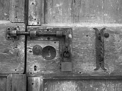 P1010044_bn (Alessandro Pighini) Tags: bn bw dettaglio serratura lucchetto particolare portone porta antichità olympus urbana chiusura