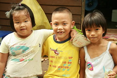 lover boy (the foreign photographer - ฝรั่งถ่) Tags: boy toothlee toothless two girls khlong thanon portraits bangkhen bangkok thailand canon