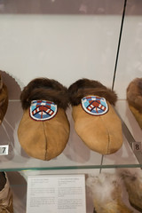 Fur-lined beaded mocassins (quinet) Tags: 2017 aborigène canada firstnations indian kunst ontario rom royalontariomuseum toronto ureinwohner aboriginal art museum musée native 124