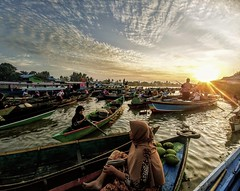 Boat market (vic_206) Tags: indonesia market barjamasin borneo social mercadoflotante womens mujeres lgg6 movilphone sunrise amanecer boats barcas sun lokbaintan