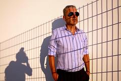 Grenzgänger (ploh1) Tags: mann portrait person schatten zaun fotograf mensch