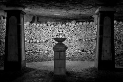 Catacombes, Paris, France (pas le matin) Tags: wall bones os mur catacombes paris travel voyage world france europe europa nb bw noiretblanc blackandwhite crâne skull dark strange creepy sombre monochrome canon 350d canon350d canoneos350d eos350d underground