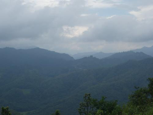 A la saison sèche lorsqu'il y a moins de nuages, on perçoit des sommets enneigés