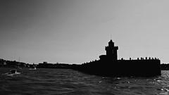 La pêche à la ligne. (Un jour en France) Tags: monochrome pêche pêcheur dieppe port far mer océan people noiretblanc noiretblancfrance bateau