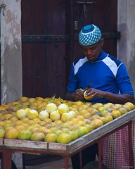 IMGP5386 Oranges seller (Claudio e Lucia Images around the world) Tags: stonetown zanzibar tanzania seller street vendor orange peeler pentax pentaxk30 pentax18135 pentazart knife