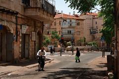 Jerusalem / Shivtei Israël Street / Orthodox Jewish District (Pantchoa) Tags: jérusalem israël shivteiisraël rue photoderue morasha quartierjuiforthodoxe orthodoxjewishdistrict palestine moyenorient procheorient personne gens maisons immeubles juiforthodoxe vélo cycliste barbu piéton arbre