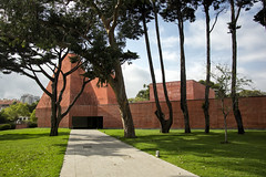 Casa das Histórias Paula Rego (LG_92) Tags: cascais portugal portuguese architecture contemporary modern soutodemoura concrete red museum green grass tree building outdoor nikon dslr d3100 2018 september