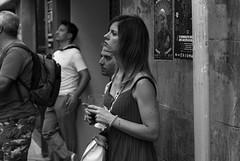 con interes (samarrakaton) Tags: bilbao astenagusia 2018 bizkaia samarrakaton verano summer nikon d750 gente people urbana urban street callejera 2470 byn bw blancoynegro blackandwhite monocromo jaiak fiestas party