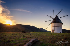 Molino al atardecer /Windmill in sunset (Pomediouda) Tags: molino atardecer nubes horizonte sol sun hierba tronco madera nikon d90 paisaje sunset puestadesol cabodegata almería naranja sky