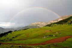 Arco da Vella en Prat d'Aguiló - Rainbow in Prat d'Aguiló (Gato M) Tags: pirineos montaña mountain rainbow trekking senderismo landscape cavalls vent catalunya prado verde clouds paisaje