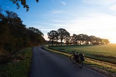 Just outside Nijemirdum (blokkadeleider) Tags: friesland fryslân frisia nederland netherlands niederlande nijemirdum nijemardum gaasterlân gaasterland fiets fahrrad bicycle cube cubebikes hyde frankencube zonsopkomst sonnenaufgang sunrise bikepacking