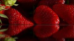 Envie de fraises ! (Le.Patou) Tags: mirror fruit vegetable strawberry fraise reflet reflect red montage fz1000 photomontage hungry hunger taste