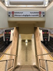 Fake mirrors (victor_chs) Tags: fake estación station metro train underground espejo mierror calatrava alameda metrovalencia fgv